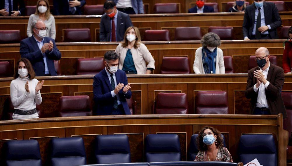 La ministra de Hacienda, María Jesús Montero (d, delante) recibe los aplausos de sus compañeros