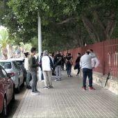 Aglomeración de personas en el vallado de la Ciudad Deportiva de Elche.
