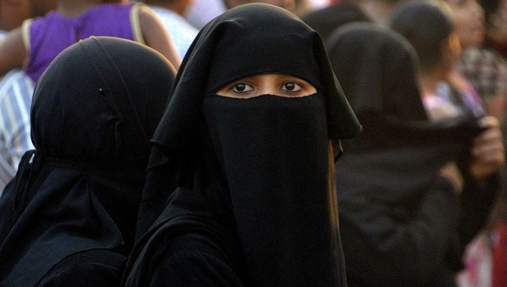 Foto de archivo de una mujer con niqab