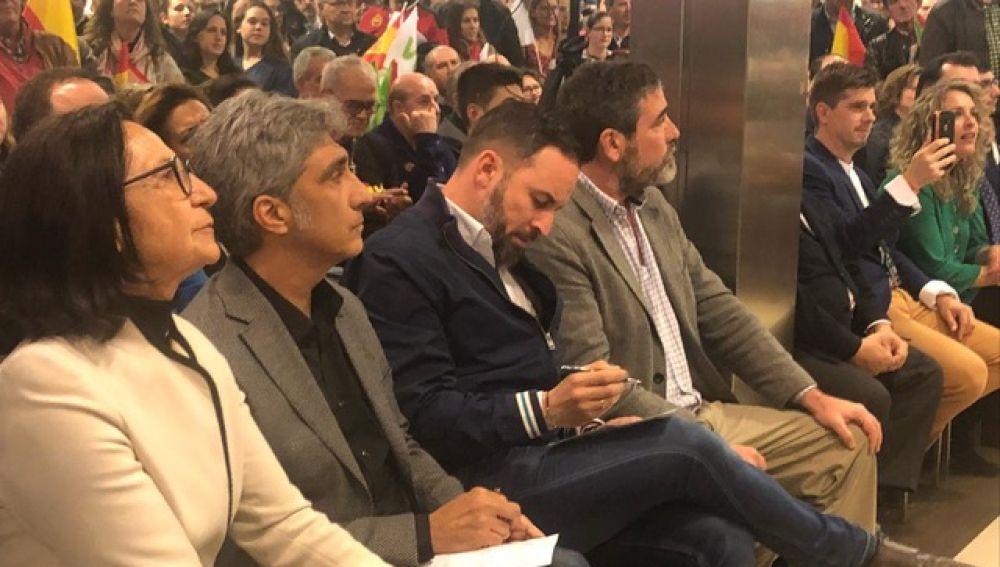 Iván Vélez y el líder de Vox, Santiago Abascal, durante un acto de campaña en la ciudad de Cuenca