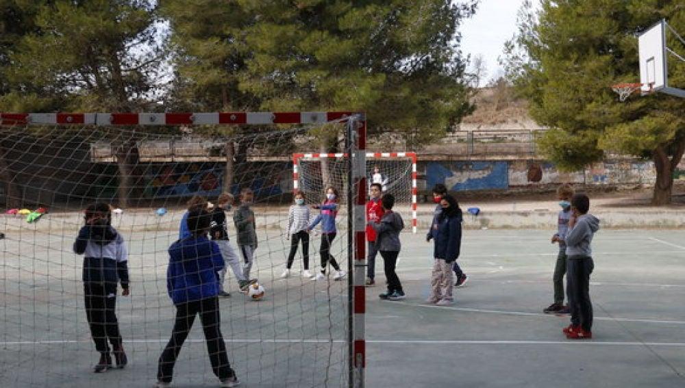 Nens jugant al pati d'una escola