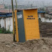 Baño público en un barrio de la ciudad de Panacutec , Perú