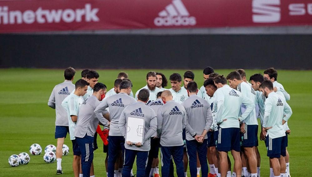 Los jugadores de la Selección española atienden a la charla de Luis Enrique