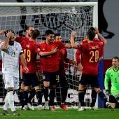 Los jugadores españoles celebran el cuarto gol ante Alemania