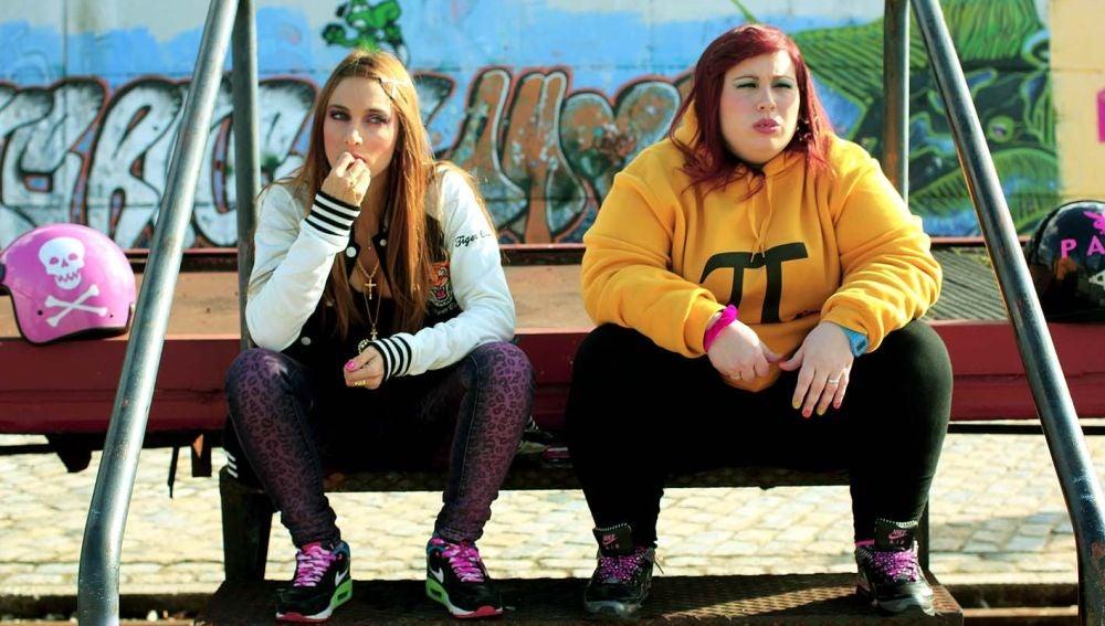 Las actrices Saida Benzal y Marta Martín, en un fotograma del cortometraje 'Pipas', de Manuela Burló Moreno