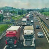 Camiones camuflados en la carretera