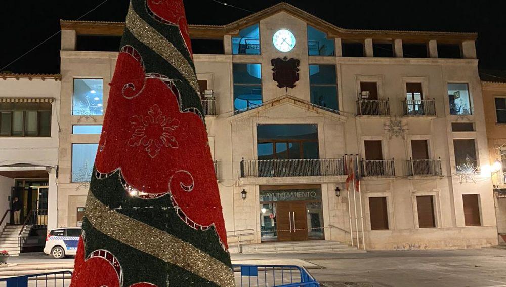 Preparativos de Árbol en la plaza del ayuntamiento de Campo de Criptana