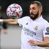 Karim Benzema controla el balón en el partido del Real Madrid.
