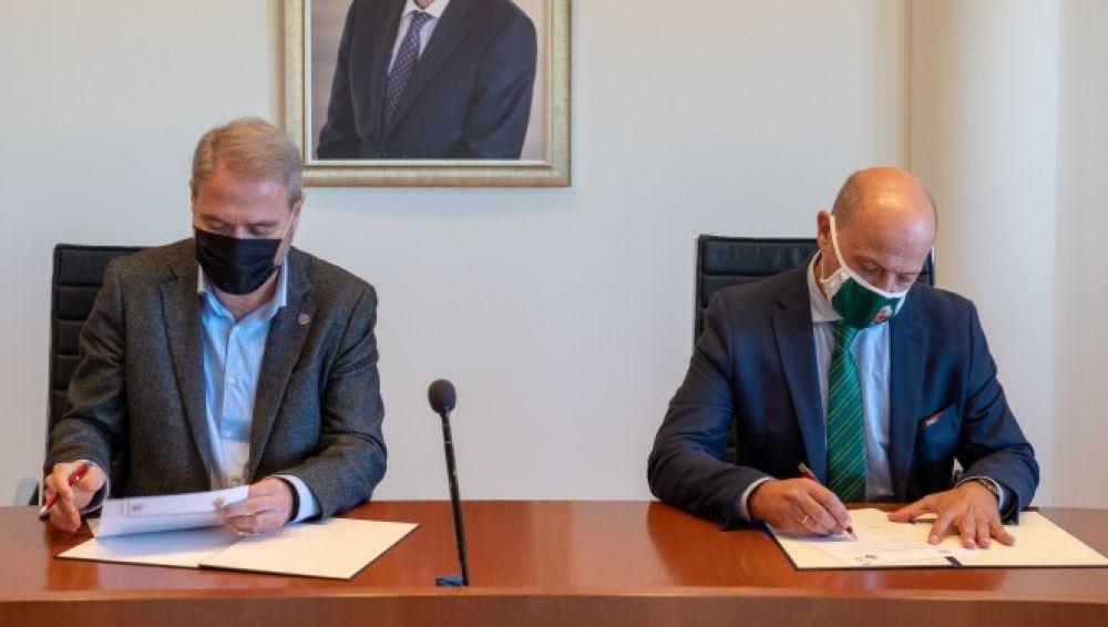 El rector de la UMH, Juan José Ruiz, y el presidente del Elche CF, Joaquín Buitrago, en la firma del acuerdo de colaboración entre ambas entidades.