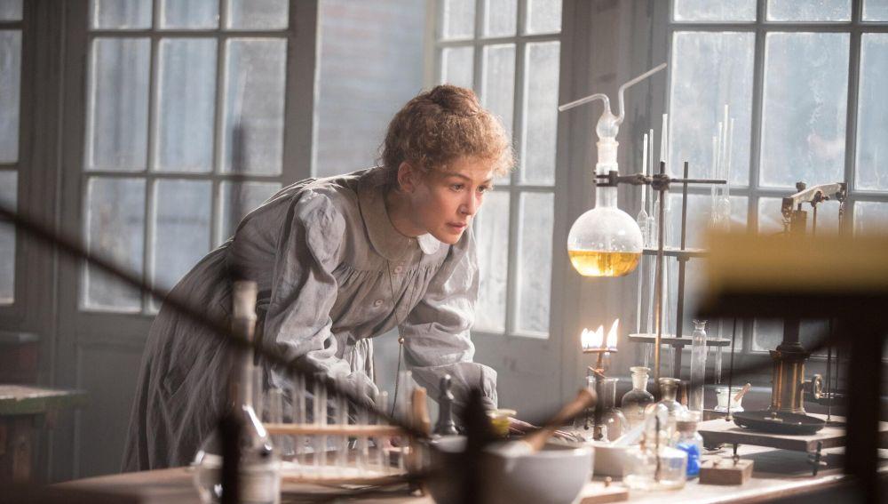La actriz Rosamund Pike, caracterizada como Marie Curie en el set de rodaje de la película 'Madame Curie'
