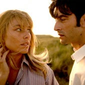 Los actores Blanca Suárez y Javier Rey, en una imagen promocional de 'El verano que vivimos'