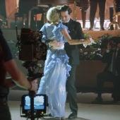 Una escena de 'The Crown' con Carlos y Diana bailando