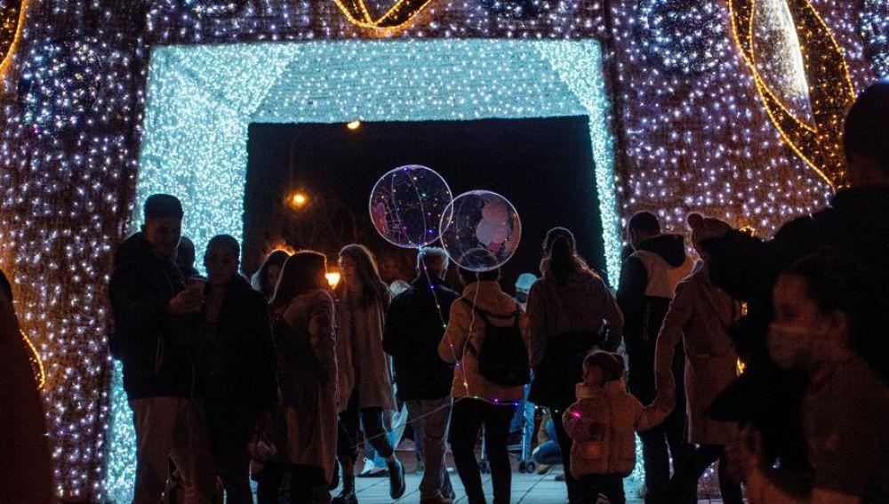 Varias personas disfrutan de la decoración navideña en el Parc de La Mar, en Palma.
