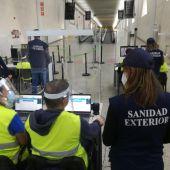 Equipos de Sanidad Exterior trabajando en el aeropuerto de Son Sant Joan