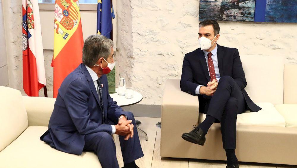 Sánchez, junto a Miguel Ángel Revilla, durante su visita a Cantabria para presentar el Plan de Recuperación, Transformación y Resiliencia de la economía española
