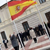 Izado de la bandera de España en la Plaza de los Mercedarios