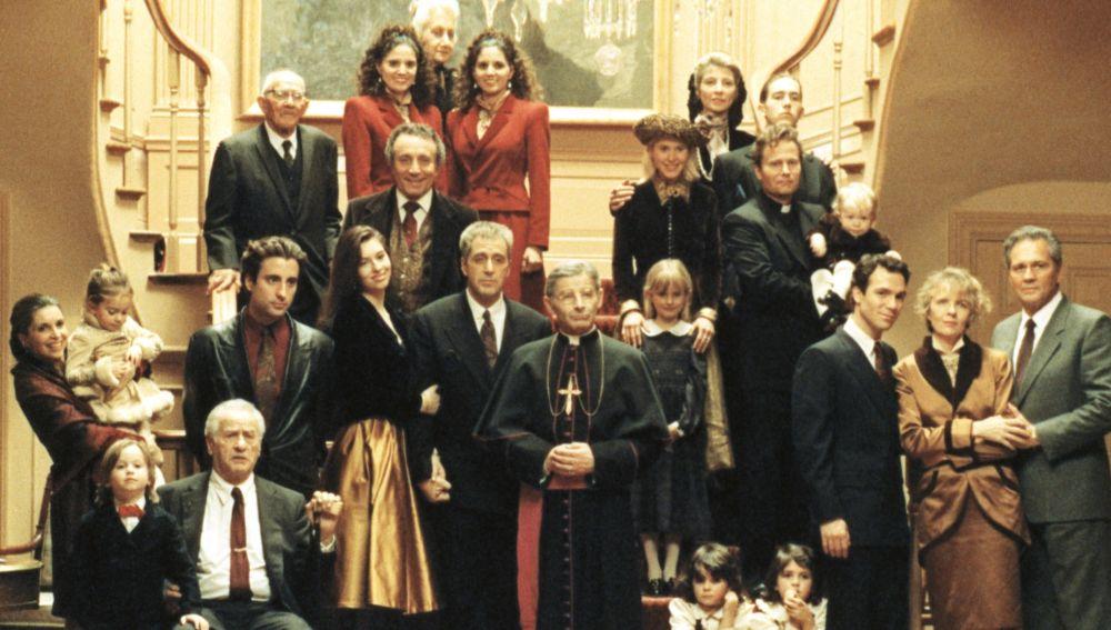 Foto de familia, en la ficción, con todos los personajes de 'El Padrino III'