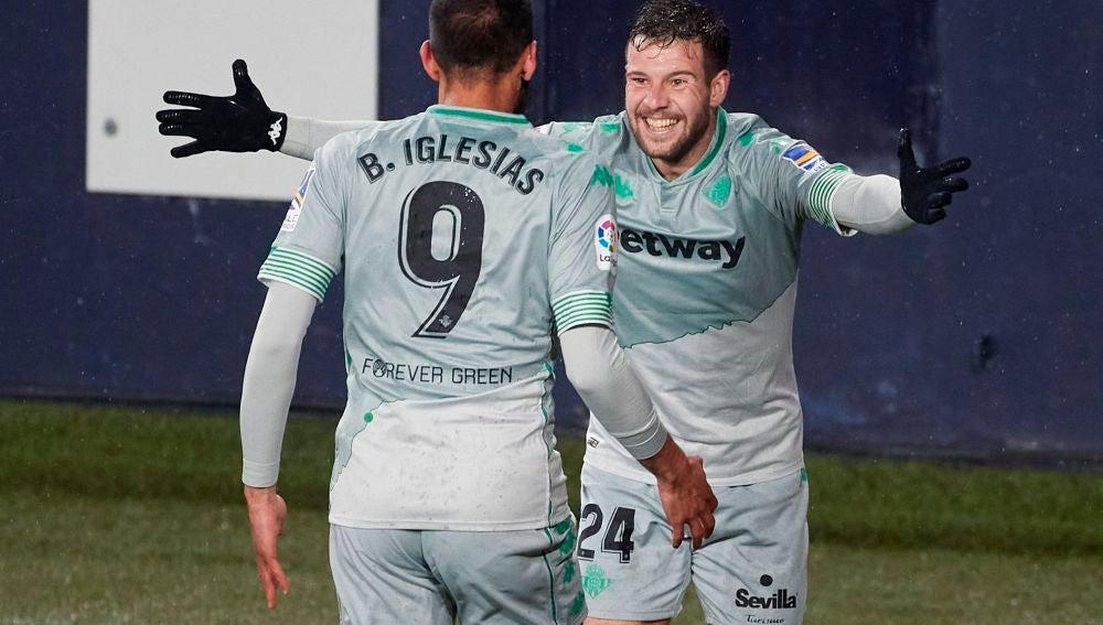 Borja Iglesias y Aitor Ruibal celebran un tanto del Betis.