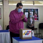 El presidente venezolano, Nicolás Maduro, vota en un centro electoral de Caracas (Venezuela)