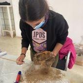 Limpieza preliminar de latas de sardinas halladas en Albatera, dieta de los prisioneros