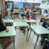 Los alumnos atienden a su profesora en una clase.
