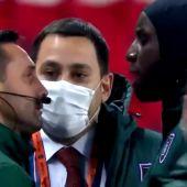 Demba Ba protesta al cuarto árbitro