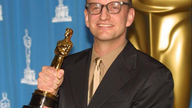 El director Steven Soderbergh posa con el Oscar a la Mejor Dirección por 'Traffic'