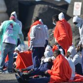 Varios de los inmigrantes llegados este martes en una patera al puerto de La Restinga, en el municipio de El Pinar en la isla de El Hierro.