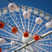 Foto de archivo de farolillos de la Feria de Abril junto a la noria
