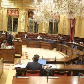 El Parlament da luz verde a rebajar el plus a una parte fija de 6.000 euros y otra justificable de hasta 12.000 euros