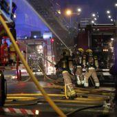 Los bomberos trabajan en la extinción del incendio de Badalona