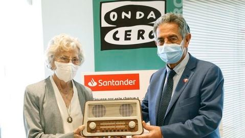 Revilla entrega a María Victoria Troncoso el Premio Mujer Cantabria de Onda Cero