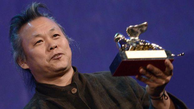 El director surcoreano Kim ki-duk sostiene el León de Oro que ganó en la Mostra de Venecia por 'Pietà' en 2012