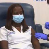 Una enfermera de UCI, primera vacunada en EEUU