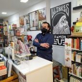 Àlex Volney, copropietario junto a Joana Berber de Llibres Ramon Llull en las Galerias Els Geranis de Palma