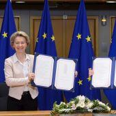 La presidenta de la Comisión Europea, Ursula von der Leyen, y el presidente del Consejo Europeo, Charles Michel, firman los tres tratados que regularán la relación entre la UE y el RU