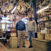 Pep y Tomás Vidal, segunda y tercera generación de la familia al frente de la Mimbrería Vidal, en el Carrer de la Corderia de Palma.