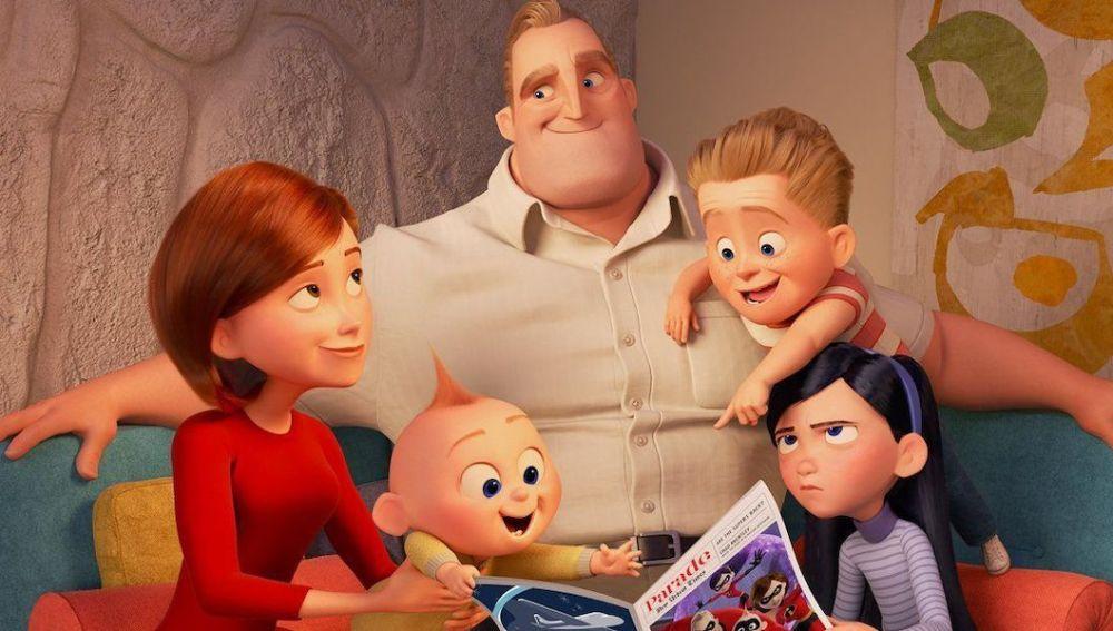 Bob Parr, o Mr. Increíble, rodeado de la familia de superhéroes de la saga 'Los Increíbles'