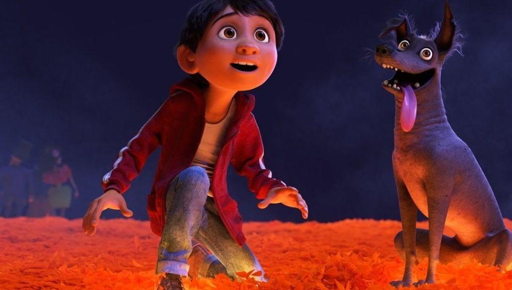 Miguel Rivera, el joven protagonista mexicano de la película 'Coco', junto al perro Dante
