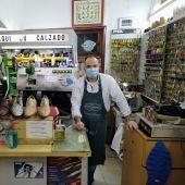 Tolo Roca es el zapatero que está al frente de Palmarapid en la calle Pescateria de Palma