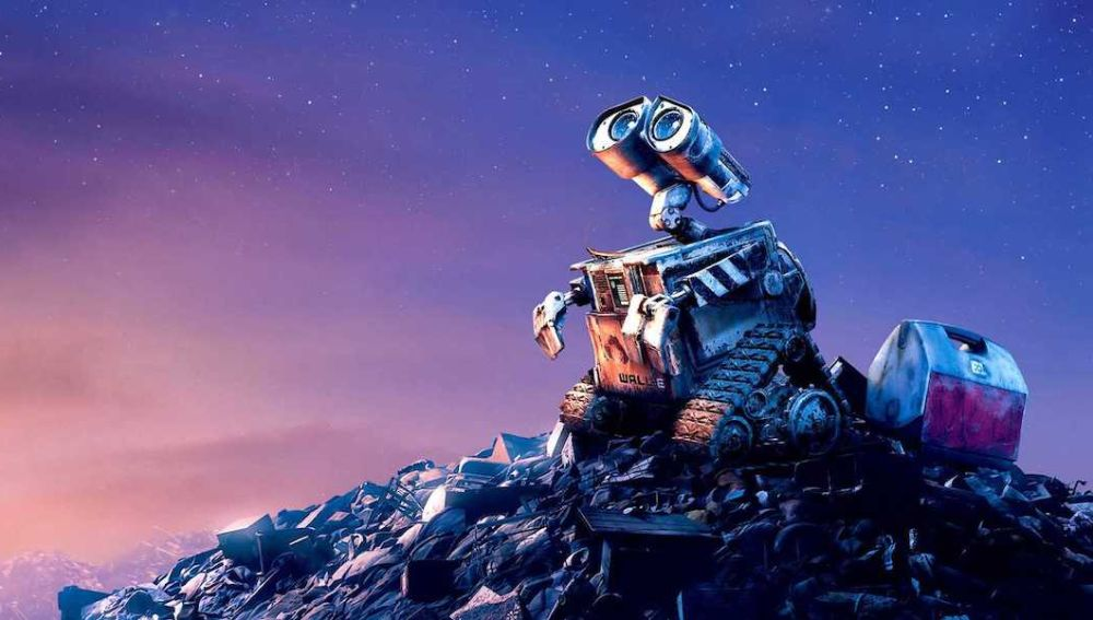 WALL-E, el robot más conocido de la factoría Pixar, mira hacia el cielo sobre un montón de basura