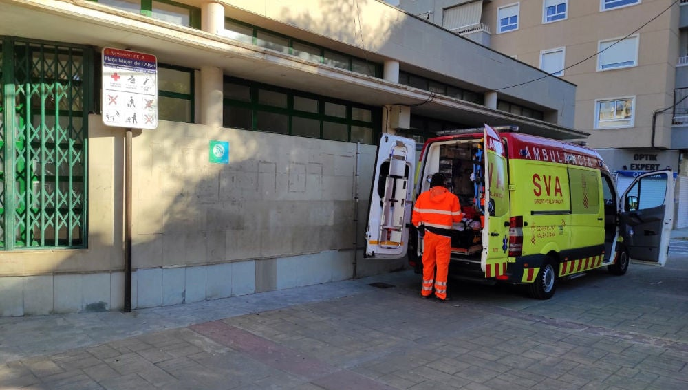 Ambulancia Soporte Vital Avanzado estacionada junto al centro social de la pedanía de El Altet de Elche.