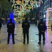 Agentes de la Policía Local de Elche en la Plaza de Baix cerrada al público en Nochevieja de 2020.