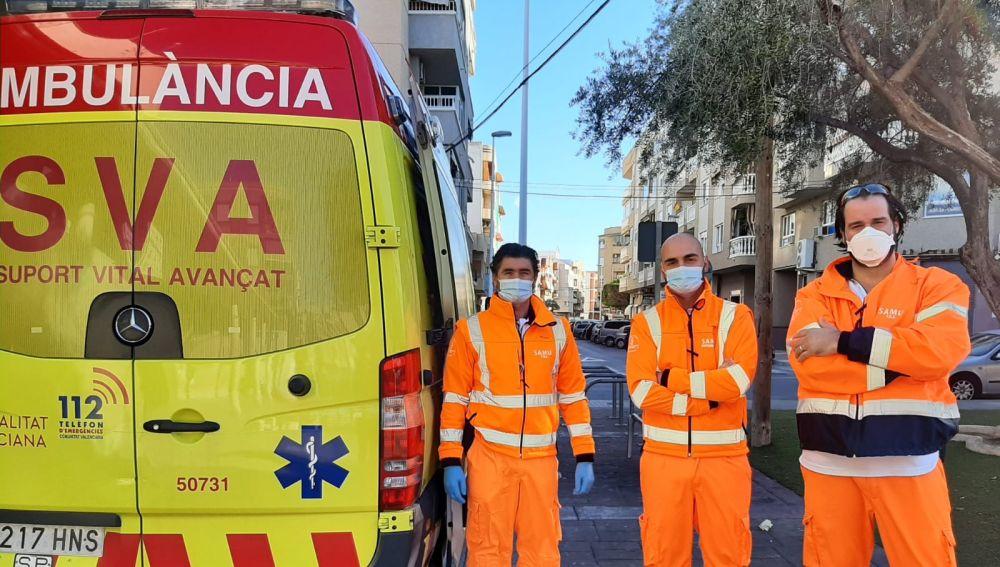Equipo sanitario junto a la nueva ambulancia SVA implantada en la pedanía de El Altet de Elche.