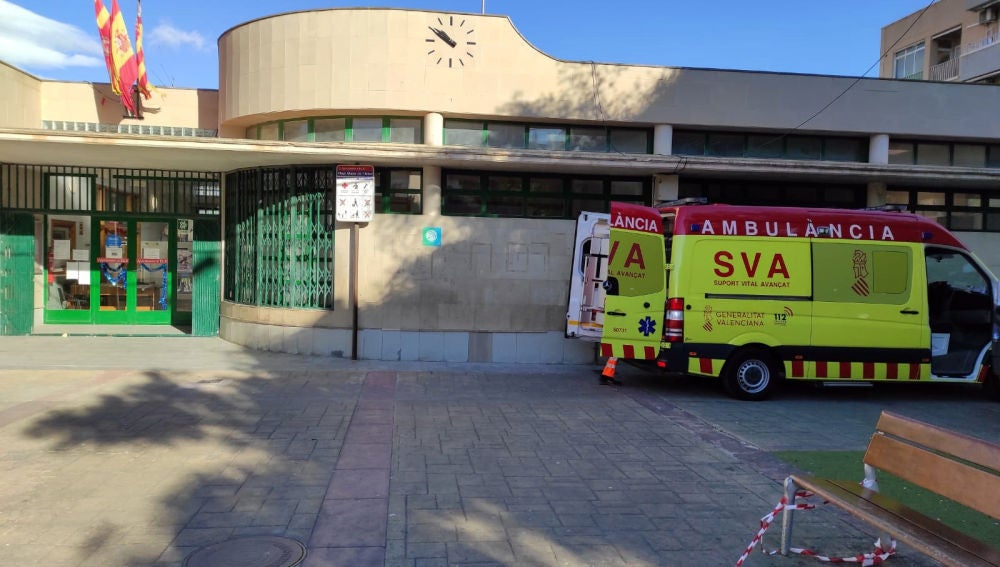 Ambulancia de Soporte Vital Avanzado junto al centro social de la pedanía de El Altet de Elche.
