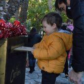 Un niño deposita su carta a los Reyes Magos en el buzón de La Rotonda del Parque Municipal de Elche.