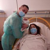 Derek Antón, primer bebé nacido en el Hospital Universitario del Vinalopó en 2021, con sus padres.