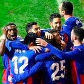 Los futbolistas del Eibar felicitan a Bryan Gil por su gol en el Eibar.