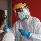 Imagen de un sanitario realizando una PCR