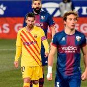 Messi camina en el partido del Barça ante el Huesca.